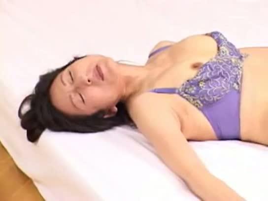 【四十路熟女動画】モデル志願の母娘が一緒にAV出演⇒お互いのSEXを見...