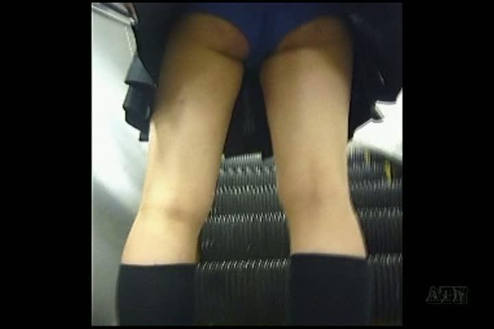 【観覧注意】バレたら即逮捕!ガチもん美少女JKの制服スカートをまさかの捲くり!激カワ萌えパンティ無断盗撮!