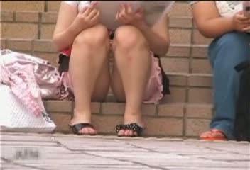 階段に座っておしゃべりするミニスカ美10代小娘を狙い、対面撮りでパンツ丸見え秘密撮影☆