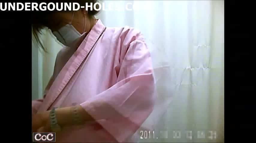 医師が秘密撮影した美10代小娘患者のお着替えシーン☆更衣室で美しい乳丸出しで検査服に☆